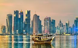 Dhow ett traditionellt träfartyg, i Doha, Qatar royaltyfri bild