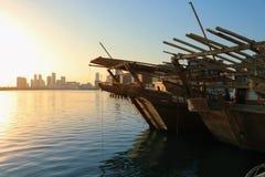 Dhow för arabiska för Bahrain stadshorisont arkivfoto