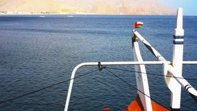 Dhow in fjorden van Musandam, een schiereiland van Oman stock videobeelden