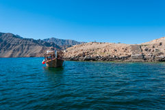 Dhow i Musandam, hav av Oman arkivbild