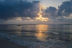 Dhow na oceanie przy wschodem słońca Zdjęcie Royalty Free