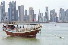 Dhow och torn i Doha Royaltyfria Bilder