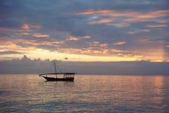 Dhow - puesta del sol - nubes Imágenes de archivo libres de regalías