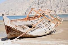 Dhow que es construido en la costa Foto de archivo libre de regalías