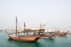 Dhow som förtöjer på Doha Corniche, Qatar royaltyfria bilder