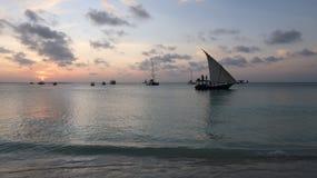 Dhow tradizionale al tramonto a Zanzibar Tanzania fotografie stock