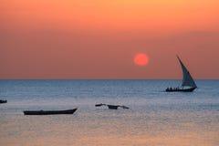 Dhow tradizionale sulla costa di Zanzibar fotografia stock