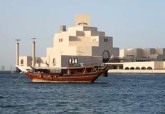Dhow vor islamischem Museum Stockfotos