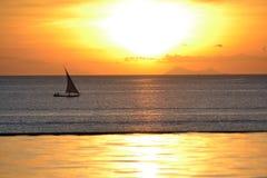 Dhowboot bij zonsondergang Stock Foto
