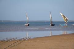 Dhows στην ακτή Barra κοντά σε Tofo Στοκ εικόνα με δικαίωμα ελεύθερης χρήσης