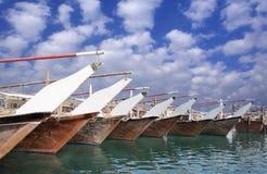 Dhows in Bahrain, der zum Fischen fertig wird Lizenzfreie Stockfotografie