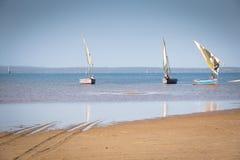 Dhows på kusten av Barra nära Tofo Royaltyfria Bilder