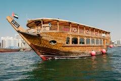 Dhows tradicionais em The Creek em Deira, Dubai, UAE Imagens de Stock