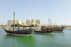 Dhows und Doha-Hafengebäude, Stockfotos