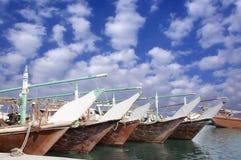 Dhows, welche die Fischenmaterialien im Hafen auffüllen Lizenzfreie Stockbilder