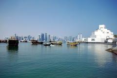 Dhowstürme und das islamische Kunstmuseum in Doha stockfoto