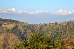 DHULIKHEL, НЕПАЛ: Взгляд гималайских гор от Namobuddha около Dhulikhel Стоковые Изображения RF