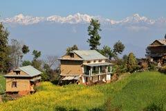 DHULIKHEL, NEPAL: Campo cerca de Dhulikhel con las montañas de Himalaya en el fondo imagen de archivo