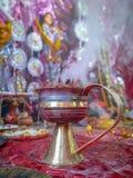 Dhunachi jest Indiańskim kadzidłowym palnikiem powszechnie używany w połączeniu z Indiańskim Frankincense lub Dhuno zdjęcie stock
