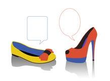 Diálogo entre as sapatas das mulheres Imagens de Stock Royalty Free