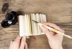 Diário escrito à mão: mulher que guarda o caderno da capa dura Fotografia de Stock Royalty Free