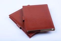 Diários luxuosos de couro vermelhos no fundo branco Imagens de Stock