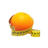 Diät, eine Orange mit Maßband Lizenzfreie Stockfotografie