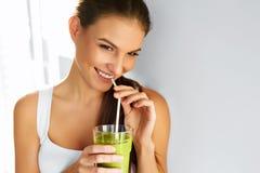 Diät Frauen-trinkender Saft der gesunden Ernährung Lebensstil, Lebensmittel Nutr lizenzfreies stockbild