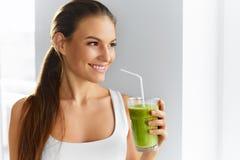 Diät Frauen-trinkender Saft der gesunden Ernährung Lebensstil, Lebensmittel Nutr stockfotografie
