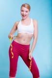 Diät. Geeignetes Mädchen der Eignungsfrau mit dem Maßbandmessen ihre Taille Lizenzfreie Stockfotos