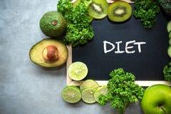 DIÄT-Kreideaufschrift auf der Bretttabelle Diät für den gesunden Körper und den Detox mit frischen grünen Obst und Gemüse stockbilder