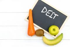 DIÄT-Kreideaufschrift auf der Bretttabelle Nähren Sie für den gesunden Körper und den Detox mit frischen Obst und Gemüse lizenzfreies stockfoto