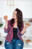 Diät Nährendes Konzept Gesunde Nahrung Schöne junge Frau, die zwischen Früchten und Bonbons wählt Gewichtverlust Frauentorso mit  Stockfotos
