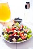 Diät und gesunder Mittelmeersalat Stockfotografie