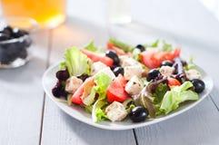 Diät und gesunder Mittelmeersalat Lizenzfreies Stockfoto