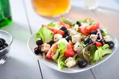 Diät und gesunder Mittelmeersalat Stockbilder