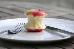 Diät und Gesundheit, gebissener Apfel auf einer Platte Stockfotografie