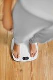 Diät Weibliche Füße auf wiegender Skala Gewichtverlust Frauentorso mit dem Maß, getrennt auf Weiß Gesundes lifest stockfoto