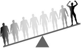 Diäteignung-Gewichtverlust des Fettes wiegen passender Skala Stockfoto