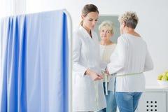 Diätetiker, der geduldigen ` s Körperstromkreis misst stockbild