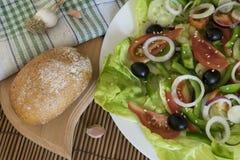 Diätetischer Salat mit Pfeffern, Tomaten, Gurke, Oliven und Zwiebeln Lizenzfreie Stockfotos