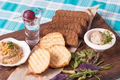 Diätetisches Frühstück nützlich und geschmackvoll Toast, Brot, Paste und Grüns lizenzfreie stockfotografie