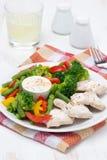 Diätetisches Lebensmittel - Hühnerleiste, gedämpftes Gemüse, Jogurtsoße Lizenzfreies Stockbild