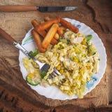 Diätsalat von Peking-Kohl, gekochtes Huhn, in Büchsen konservierter Mais, frische Gurken, Grüns auf einer keramischen Platte Salz stockfoto