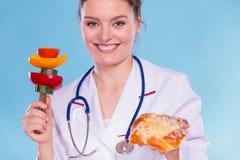 Diététicien avec le petit pain et les légumes de petit pain doux Images libres de droits