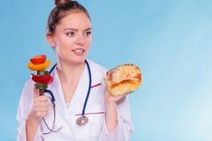 Diététicien avec le petit pain et les légumes de petit pain doux Image stock