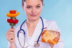 Diététicien avec le petit pain et les légumes de petit pain doux Photo libre de droits