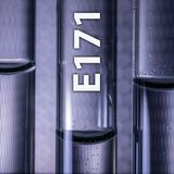 Dióxido de titanio peligroso E171 del aditivo alimenticio en un tubo de examen médico imagen de archivo