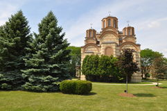Diözese des neuen serbischen orthodoxe Kirchen-Hinterhofes Gracanica stockbild