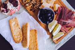 Di Πάρμα Prosciutto και άλλα ιταλικά τρόφιμα στον ξύλινο πίνακα Στοκ Φωτογραφίες